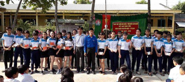 Trao thẻ đoàn viên cho học sinh ưu tú được kết nạp đoàn