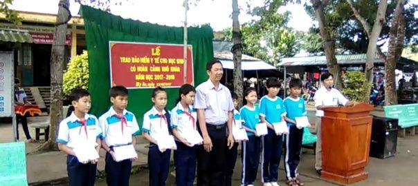 Ông Mai Văn Bé Bảy đại diện công đoàn giáo dục trao tặng BHYT cho học sinh có hoàn cảnh khó khăn trường THCS  Mỹ An