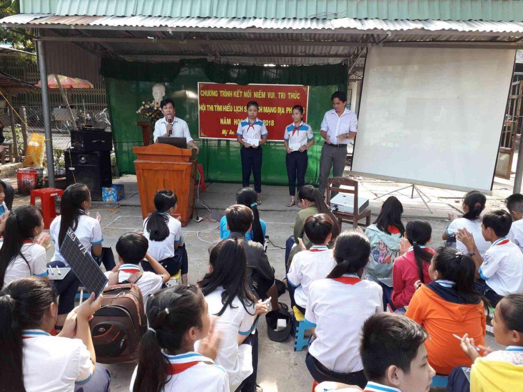 Thầy Nguyễn Minh Khương trao học bổng cho học sinh