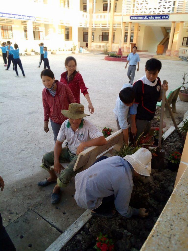 Lao động trồng cây